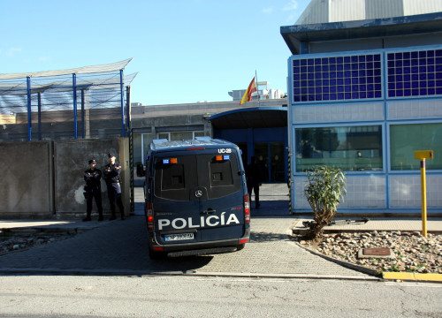 Police van entering the Immigration Detention Centre (CIE), in Barcelona (by ACN)