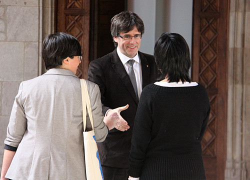 Catalan President, Carles Puigdemont shaking hands with CUP MPs Anna Gabriel and Mireia Boya, last February (by ACN)