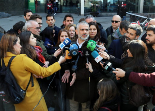 Carlos Carrizosa surrounded by journalists on February 21 2019 (by Àlex Recolons)