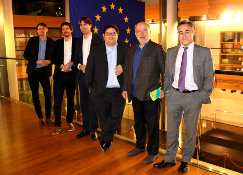 The Catalan MEPs in front of the European flag (by ACN)