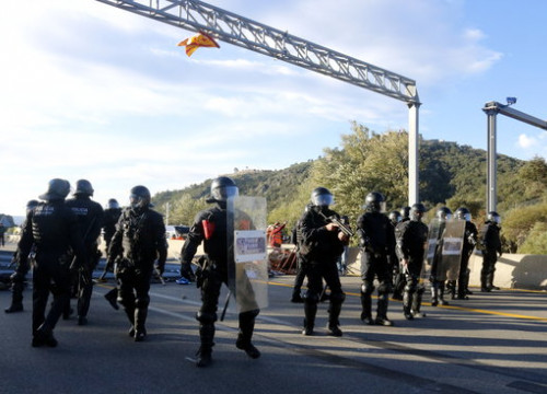 Catalan Mossos police on the AP-7 highway near the French border (by Xavier Pi)