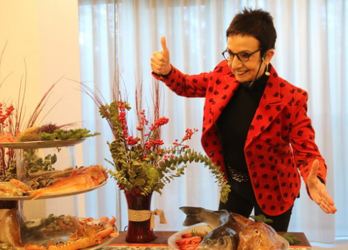 Catalan chef Carme Ruscalleda posing beside fresh seafood (by Àlex Recolons)