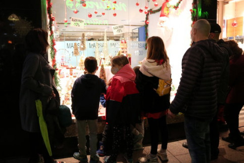 Children looking into a store with Christmas decorations in Reus (by Mar Rovira)