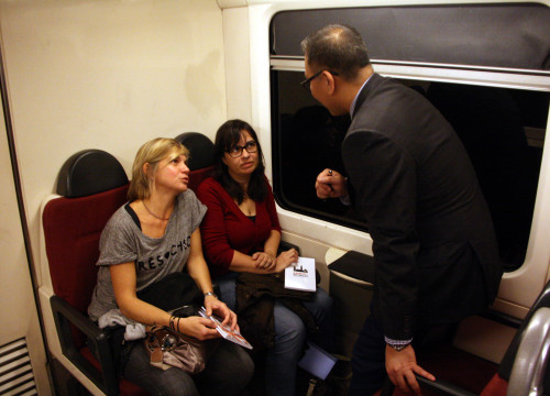 Two passengers of the Catalan railway service (FGC) attending an English lesson (by ACN)
