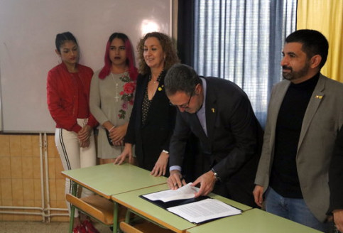 Criminal measures secretary Amand Calderó signing the penitentiary order allowing transgender people to ask for transfers to prisons for the gender they identify with (by Pol Solà)