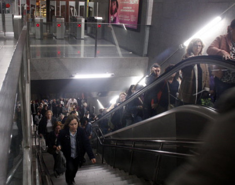 Crowding at L5 Diagonal station on Friday morning due to metro strike (Andrea Martínez Gil/ACN)