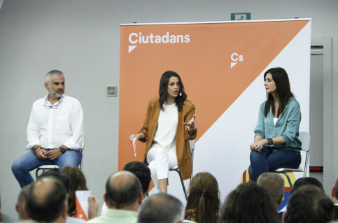 C's Inés Arrimadas (center) speaking to the press on July 4, 2019 (Gerard Artigas/ACN)