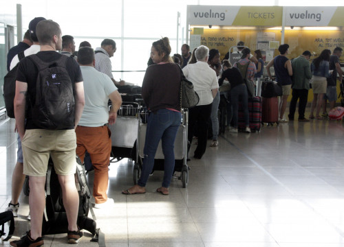 Passengers queuing in front of Vueling customers' service, at Barcelona El Prat airport (by ACN) t