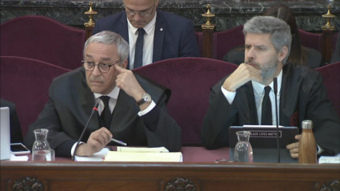 Defense lawyers Xavier Melero and Andreu Van den Eynde listen to witnesses on April 10 2019 (by the Supreme Court)