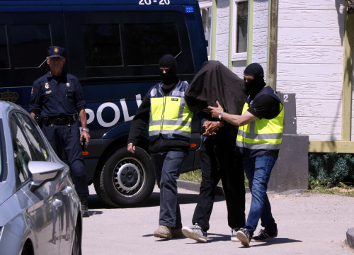 Spanish police with the detained man accused of being part of DAESH cell (By Roger Segura)