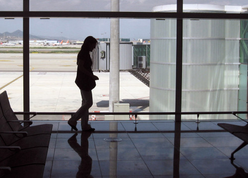 A passenger at Barcelona-El Prat Airport (by ACN)