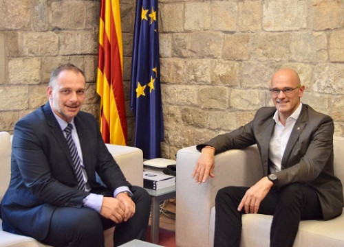 The delegate of the Catalan government in the Balcan countries, Eric Hauck, with the Minister for Foreign Affairs, Raül Romeva (by the Catalan Foreign Ministry)
