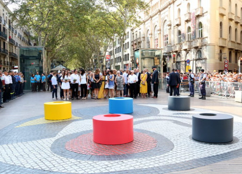 Family members of the August 17, 2017 terror attacks visit the memorial set up on Barcelona's La Rambla a year later (by Pere Francesch)