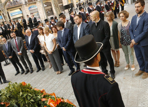 The Catalan Government during the flower offering to Rafael Casanova's statue, on Catalonia's National Day (by ACN)