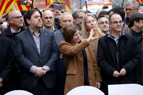 Parliament's President, Carme Forcadell, rallied around by the Catalan Government, politicians and civil society on her arrival at Barcelona's Courthouse (by ACN)