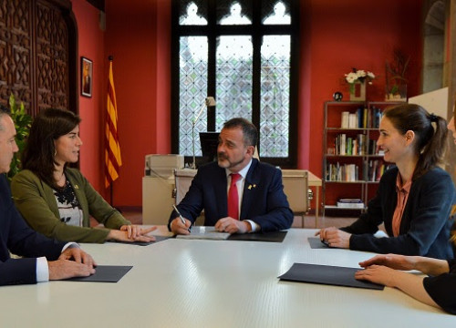 Foreign action minister Alfred Bosch with the new delegates (photo by the Catalan government)