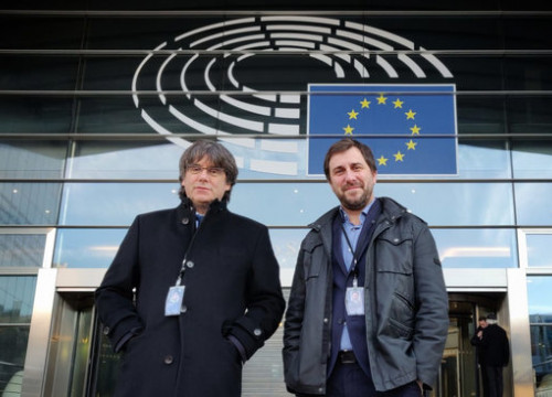 Former Catalan cabinet members Puigdemont and Comín pose in front of the European Parliament after picking up their definitive MEP accreditation (Marga Payola)