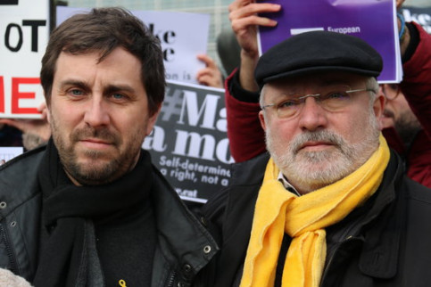 Former Catalan ministers Toni Comín and Lluís Puig at a protest in front of the European Commission on February 12, 2019 (by Blanca Blay)