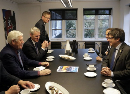 Former Catalan president Carles Puigdemont with the Faroese minister of foreign affairs and more on October 11 2018 (by Marina López)