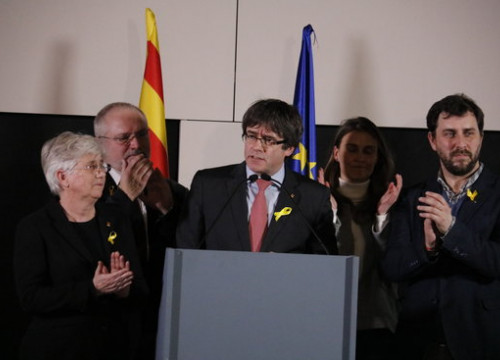 Former ministers Clara Ponsatí (on the left and right of stage) with Carles Puigdemont (center) on December 22 2017 in Brussels (by José Soler)