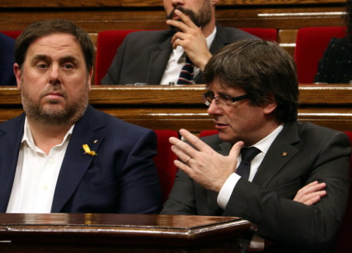 Former president Carles Puigdemont (right) speaks to his then VP Oriol Junqueras in parliament on October 26 2017 (by Pere Francesch)
