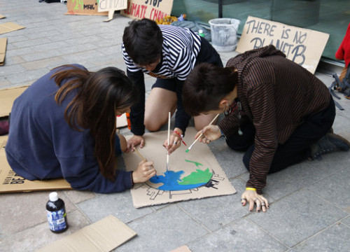 Fridays for Future climate activists in Girona painting a sign (by Aleix Freixas)