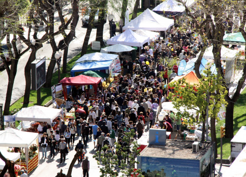 Hundreds of people walking through books and roses' stalls in Tarragona (by ACN)