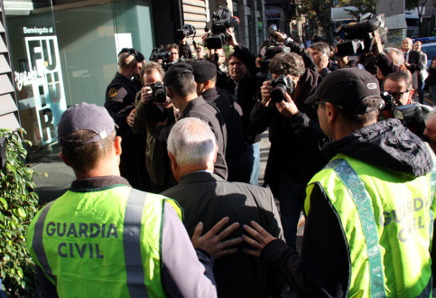 CDC's treasurer, Andreu Viloca, was escorted by two members of the Spanish Guardia Civil on his way to the party's headquarters this morning (by ACN)