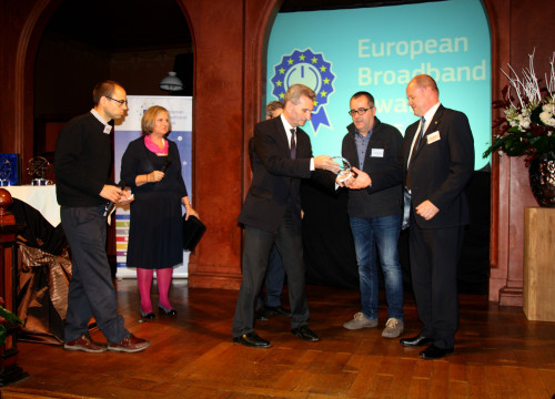 European Commissioner responsible for the Digital Economy and Society, Günther H. Oettinger handing the European Boardband Award to Guifi.net representatives (by ACN)