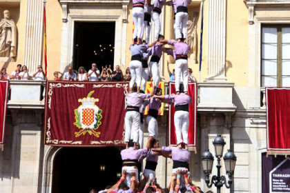 Human tower erected in front of Tarragona's city council building as part of Santa Tecla festivities (Jordi Marsal/ACN)