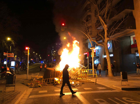Burning barricades in Barcelona's Plaça Lesseps (by ACN)