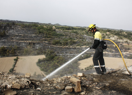A firefighter extinguishing part of the wildfire which the village of Vallbona de les Monges, this Wednesday (by ACN)