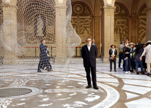 Jaume Plensa poses beside his sculpture of a girl's head in Montserrat (Laura Busquets/ACN)