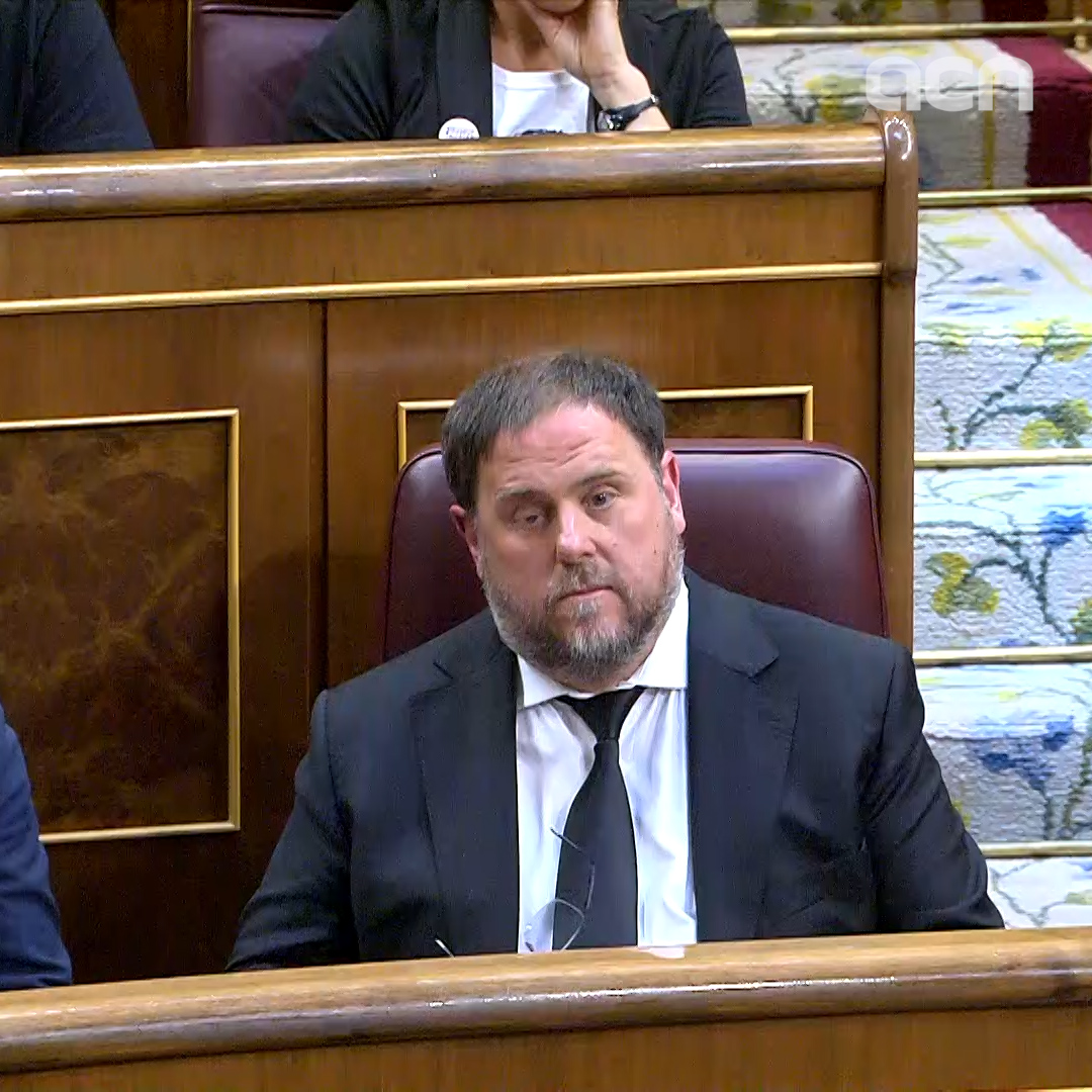 Jailed leader Junqueras takes oath amid banging of tables