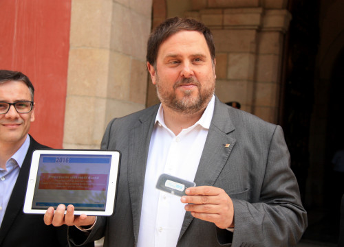 Catalan Vice President and Minister for Economy, Oriol Junqueras presented the draft budget for 2016 on a memory stick (by ACN)