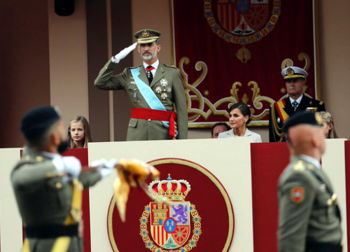 King Felipe VI oversees a military parade in 2018 (by Casa Reial)
