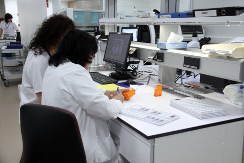 Two women working in a laboratory in Catalonia (by ACN)