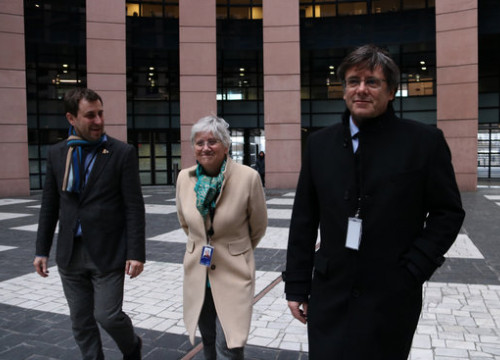 MEPs Toni Comín (left), Clara Ponsatí and Carles Puigdemont in front of the European Parliament building in Strasbourg (by Nazaret Romero)
