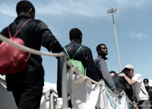 Migrants rescued by the Aquarius arrive in the port of Valencia (by MSF/Kenny Karpov)