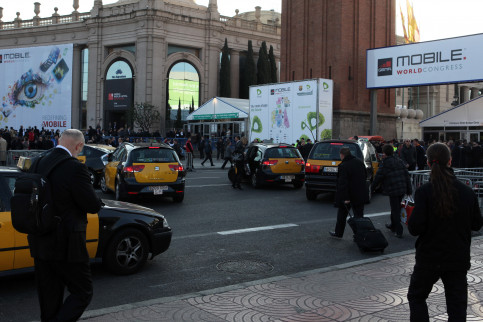 Congressists at the MWC entrance, at Barcelona's Fira (by ACN)
