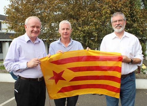 Deputy First Minister of Northern Ireland, Martin McGuinness, Sinn Féin's TD Seán Crowe and the party leader Gerry Adams holding a Catalan pro-independence flag (by @sinnfeinireland)