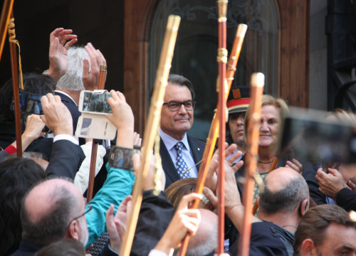 Former Catalan President, Artur Mas, rallied around by thousands of citizens on his way to Catalonia's Supreme Court last October (by ACN)