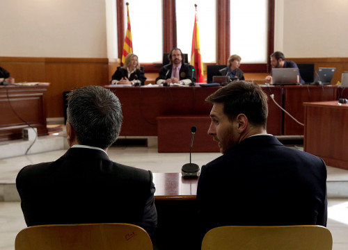 Lionel Messi and his father Jorge during the hearing at Barcelona's High Court, last June (by ACN)