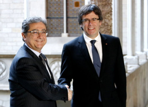The delegate of the Spanish Government in Catalonia, Enric Millo, greets the Catalan President, Carles Puigdemont, before their first meeting on the 2nd of December 2016 (by ACN)