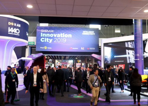 Mobile World Congress 2019 attendees looking at stands (by Mariona Puig)