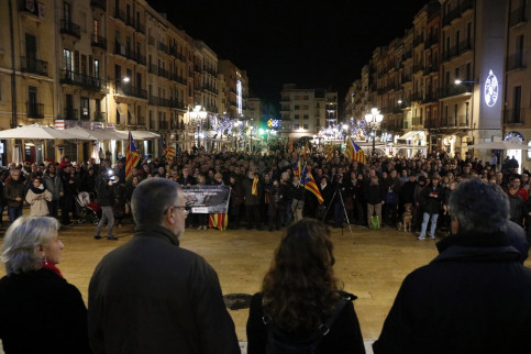Hundreds of people gathered together in Tarragona to protest against Forcadell's prosecution (by ACN)