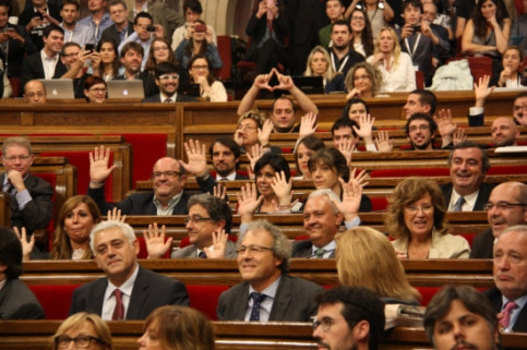 MPs from the PP raising their hands as a protest during the Catalan Parliament's vote (by R. Garrido)
