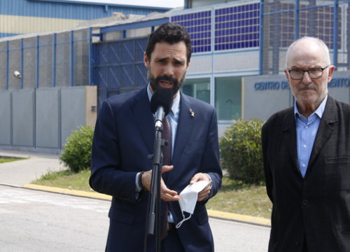 Parliament speaker Roger Torrent, left, and ombudsman Rafael Ribó outside the Barcelona migrant detention center on June 19, 2020 (by Gerard Artigas)