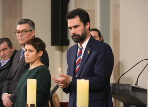 Parliament speaker Roger Torrent lighting a candle in honor of Holocaust victims (by Mariona Puig)