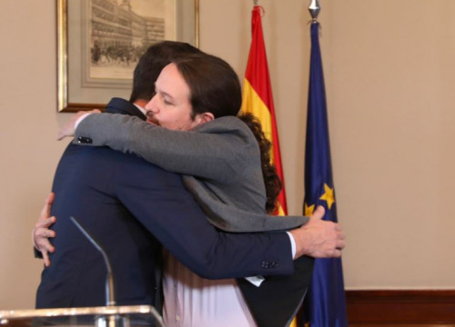 Pedro Sánchez and Pablo Iglesias hug after announcing the Socialist-Podemos coalition government deal (by Inma Mesa/PSOE)